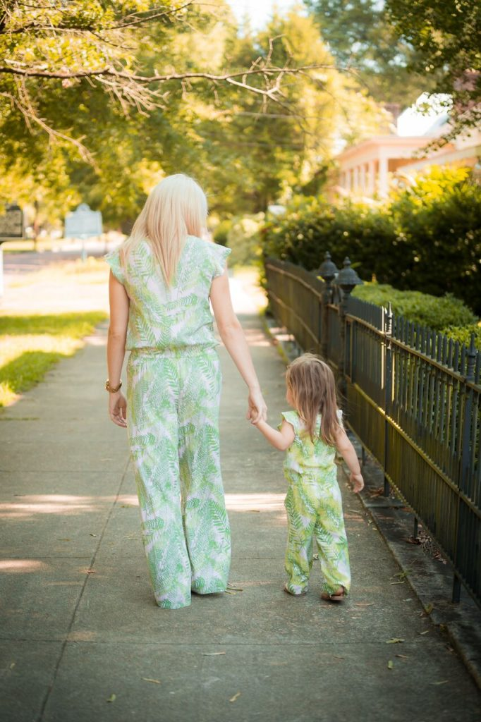 Mommy and me fashion; where do you buy  matching pieces? How do you find things that work for adults and kids? I've got you covered! Click through to see more mommy and me fashion ideas.