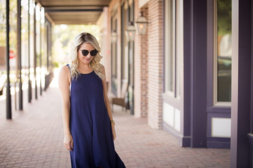 From summer to fall with navy blue. It's the perfect color to transition from the warm weather to the cooler months. Click through to read more!