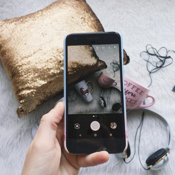 Life and style blogger, The Samantha Show, shares the perfect gift guide for the social media lover. Phone accessories, perfect lighting, and more!