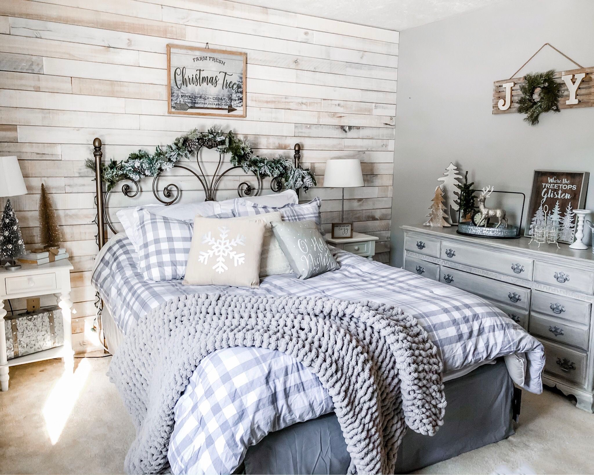 farmhouse bedroom christmas decor